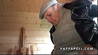 Papy rejoint 2 potes qui se tapent une older c...