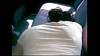 Cogiendola en el asiento de atrás del carro